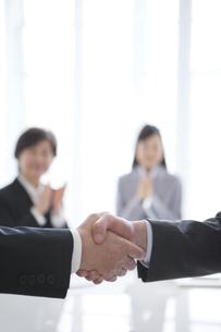 握手をするビジネスマンの写真素材 [FYI01287655]