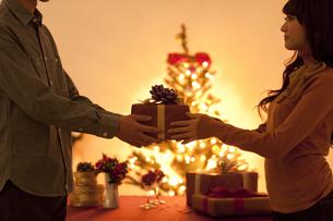 男性からプレゼントをもらう女性の写真素材 [FYI01287826]