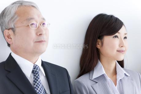 ほほえむビジネスマンとビジネスウーマンの写真素材 [FYI01287843]