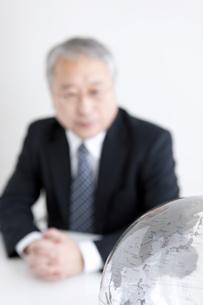 地球儀と中高年ビジネスマンの写真素材 [FYI01287902]