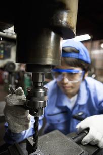 工場で働く男性の写真素材 [FYI01287911]