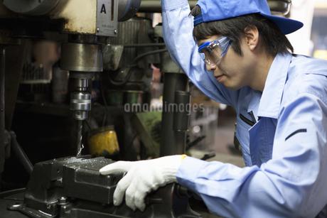 工場で働く男性の写真素材 [FYI01287915]