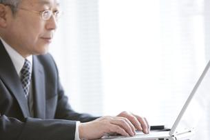パソコンを操作する中高年ビジネスマンの写真素材 [FYI01287920]