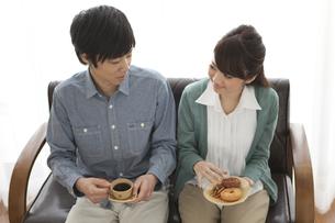ティータイムを楽しむカップルの写真素材 [FYI01287925]
