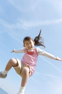 青空の下でシャンプする女の子の写真素材 [FYI01287935]