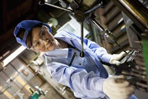 工場で働く若者女性の写真素材 [FYI01288011]