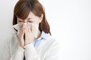 鼻をかむ女性の写真素材 [FYI01288082]