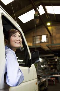 軽トラックに乗っている作業着姿の女性の写真素材 [FYI01288113]