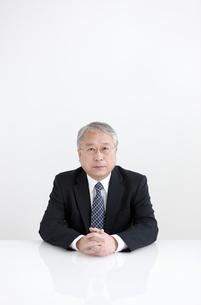 手を組む中高年ビジネスマンの写真素材 [FYI01288130]
