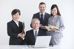 笑顔のビジネスマンとビジネスウーマンの写真素材 [FYI01288229]