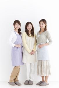 エプロンを付けている主婦3人の写真素材 [FYI01288468]