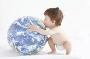 地球儀に触れる赤ちゃんの写真素材 [FYI01288527]