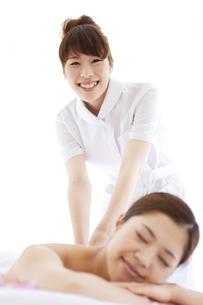 マッサージを受ける女性とマッサージする女性の写真素材 [FYI01288579]