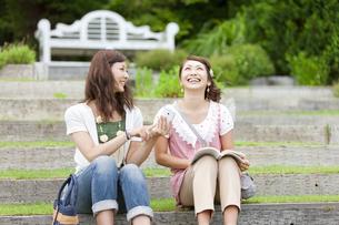 笑顔の女性2人の写真素材 [FYI01288580]