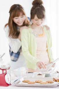 お菓子作りをする笑顔の女性2人の写真素材 [FYI01288685]