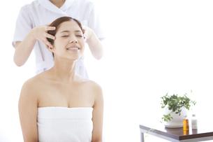 頭皮マッサージを受ける女性の写真素材 [FYI01288719]