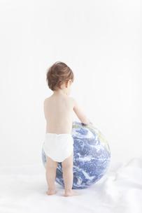 地球儀に触れる赤ちゃんの写真素材 [FYI01288742]