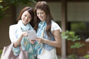 タブレットPCを見ている女性2人の写真素材 [FYI01288778]