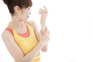 腕をマッサージする女性の写真素材 [FYI01288784]