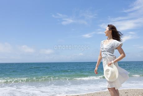 帽子を持って遠くを見る女性の写真素材 [FYI01288875]