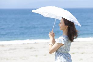 日傘をさす女性の写真素材 [FYI01288995]