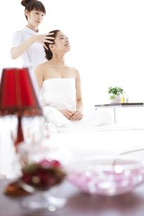 頭皮マッサージを受ける女性の写真素材 [FYI01289087]