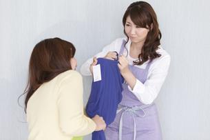 服を取り合いする主婦2人の写真素材 [FYI01289128]