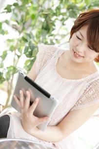 タブレットPCを操作する女性の写真素材 [FYI01289181]