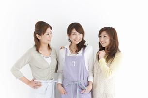 エプロンを付けている主婦3人の写真素材 [FYI01289196]