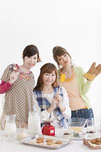 お菓子作りをする笑顔の女性3人の写真素材 [FYI01289261]