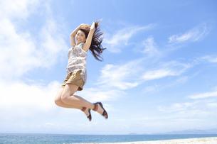 ジャンプをする女性の写真素材 [FYI01289305]