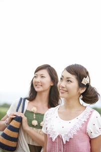 空を見上げる笑顔の女性2人の写真素材 [FYI01289328]