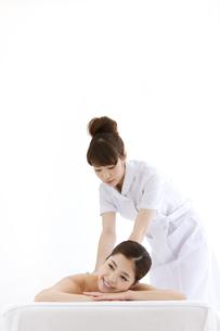 マッサージを受ける女性とマッサージする女性の写真素材 [FYI01289364]
