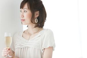シャンパングラスを持っている女性の写真素材 [FYI01289425]