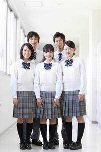 廊下に立つ笑顔の学生5人の写真素材 [FYI01289480]