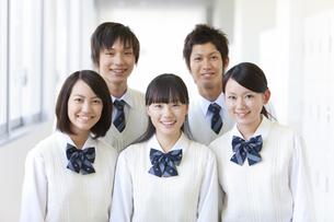廊下に立つ笑顔の学生5人の写真素材 [FYI01289493]