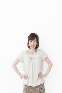 腰に手を当てている笑顔の女性の写真素材 [FYI01289494]