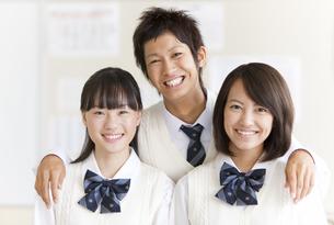 笑顔の学生3人の写真素材 [FYI01289495]