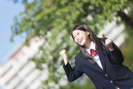 ガッツポーズする女子中高生の写真素材 [FYI01289557]