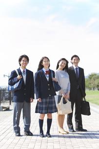 笑顔の男女中高生と両親の写真素材 [FYI01289611]