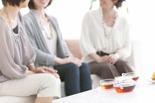 会話しているティータイム中の女性3人の写真素材 [FYI01289616]