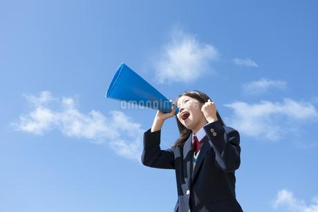 メガホンを持って叫んでいる女子中高生の写真素材 [FYI01289743]