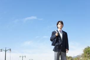 かばんを持っている男子中高生の写真素材 [FYI01289840]