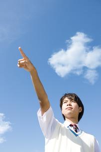 空を指差す男子中高生の写真素材 [FYI01289885]