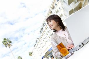 ノートパソコンを操作する女性の写真素材 [FYI01289887]