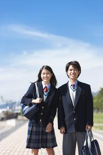 かばんを持っている笑顔の中高生の男女の写真素材 [FYI01289906]