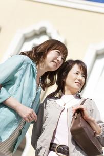 遠くを見ている笑顔の女性2人の写真素材 [FYI01289947]