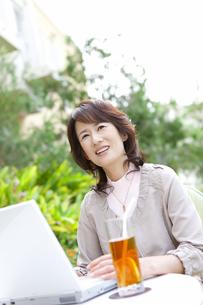 ノートパソコンを操作する女性の写真素材 [FYI01289965]