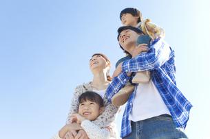 空を見上げている笑顔の家族の写真素材 [FYI01290036]