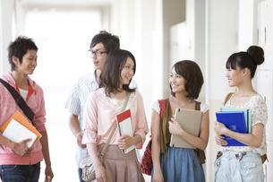 話をす女子大生3人と男子大学生2人の写真素材 [FYI01290072]